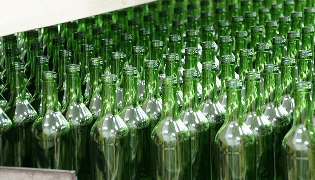 ガラス瓶を製造している様子
