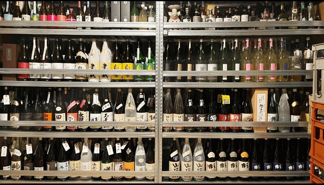 つけたろうさんの自宅にある日本酒保管棚の一部