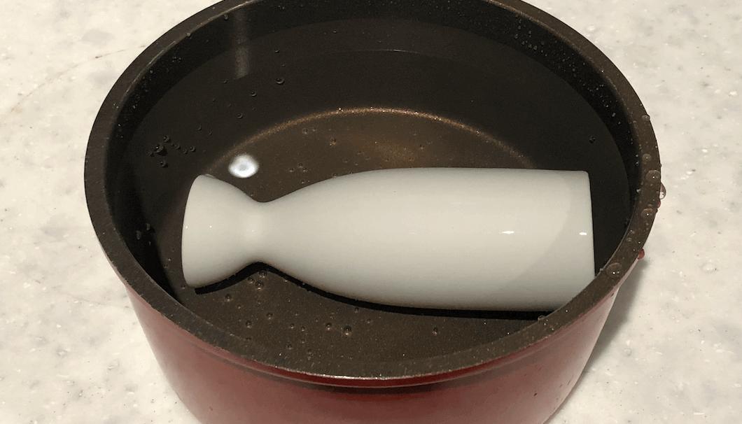 お湯を貼った洗い桶に徳利をつけてる様子