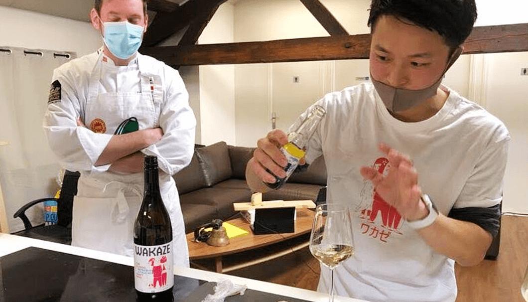日本酒カクテルについて説明する今井さん