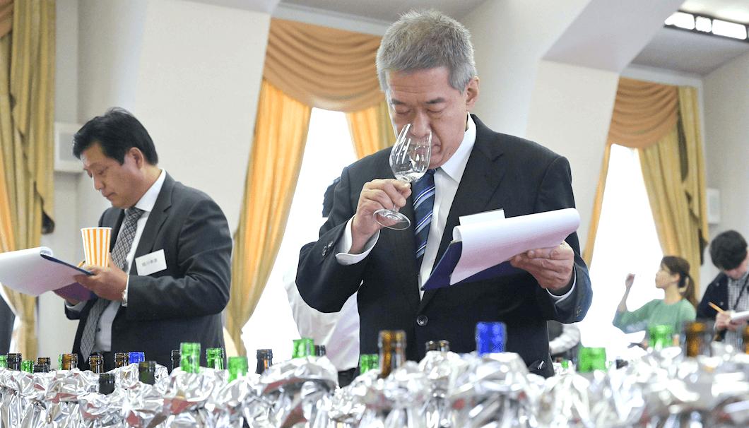 ワイングラスで美味しい日本酒アワードの審査会の様子