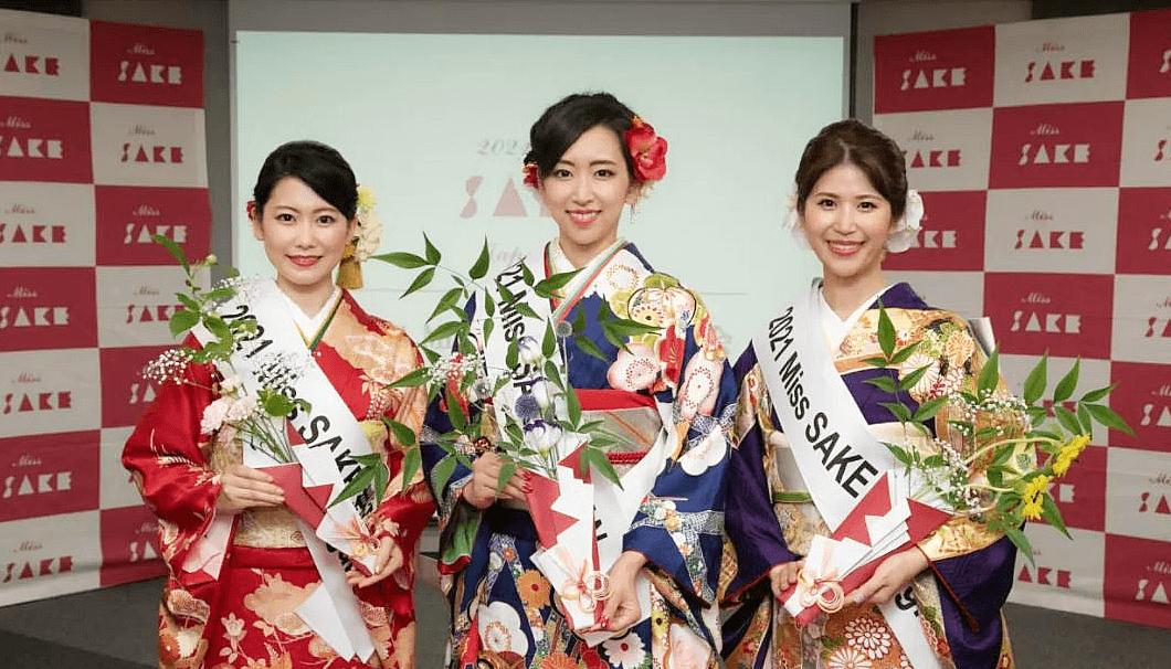 左から順に、「2021 Miss SAKE」準グランプリの長野代表・糟谷 恵理子(かすや えりこ)さん、「2021 Miss SAKE」グランプリの愛知代表・松崎さん、「2021 Miss SAKE」準グランプリの宮城代表・斎藤 百香(さいとう ももか)さん。